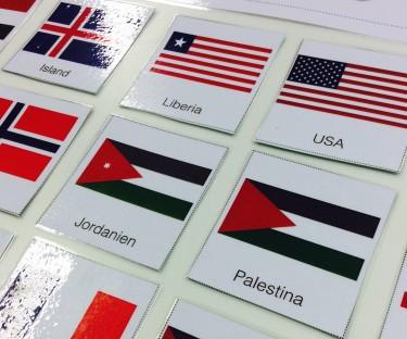 Flaggor på kort.
