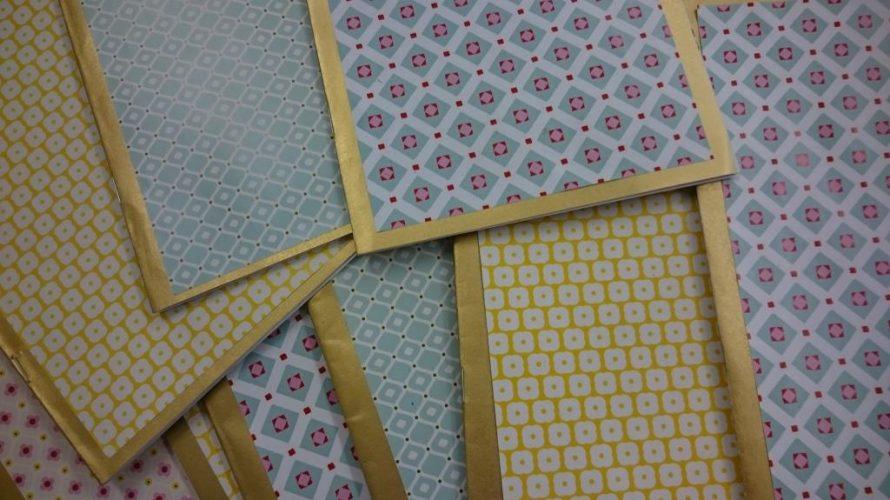 Papper med färgglada mönster.