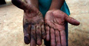 Två smutsiga händer hålls fram.