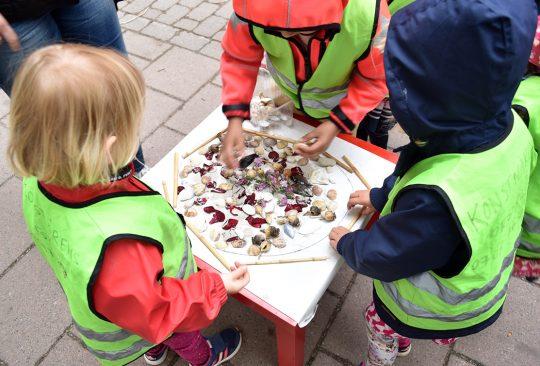 Barnen tittar och känner på installation av olika material.