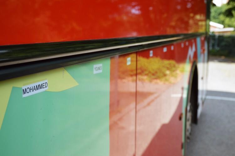 Buss med namnskyltar på.