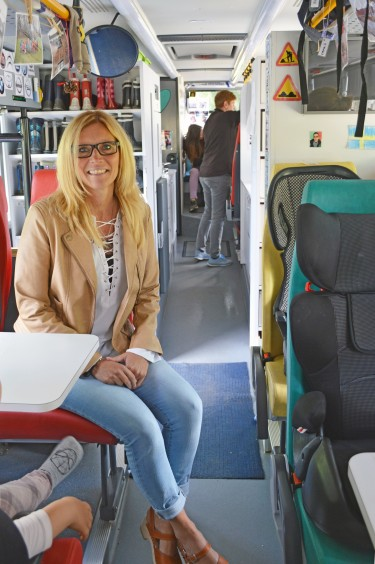 Camilla Mårtensson sitter inne i buss.