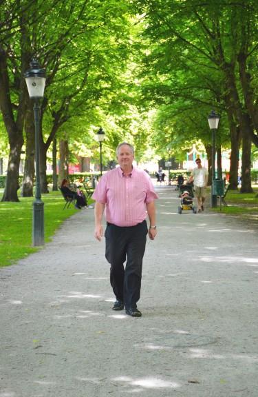 Jerry Ahlström promenerar i en park.