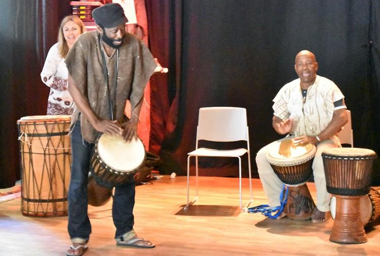 Två män spelar på trumma.