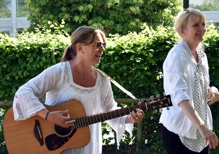 Mia och Lotta spelar och sjunger.