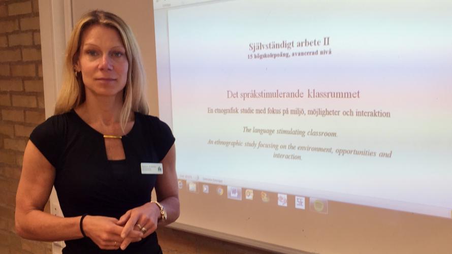 Susanne Kristensen framför tavla.