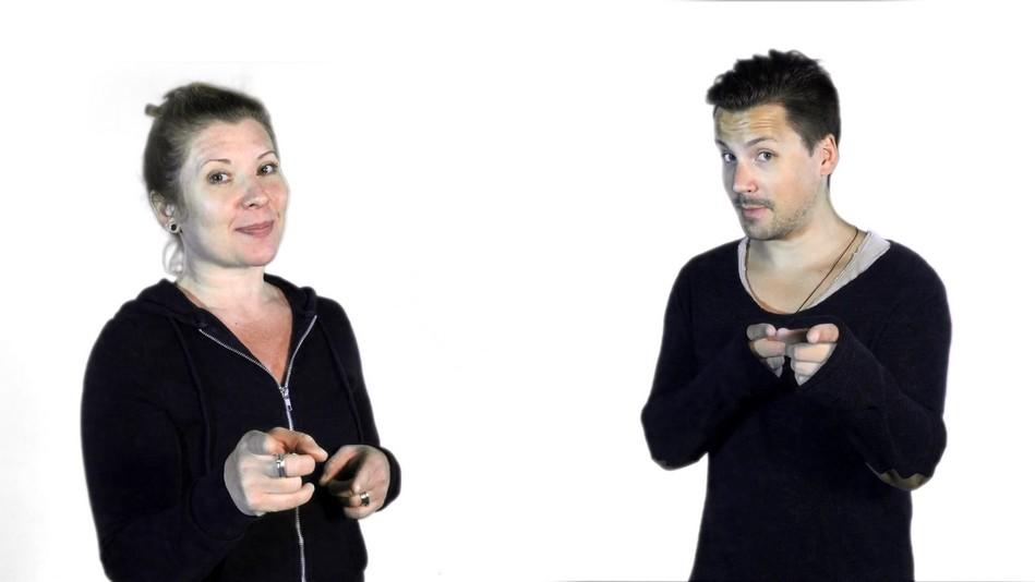 Tobias och Linda pekar.
