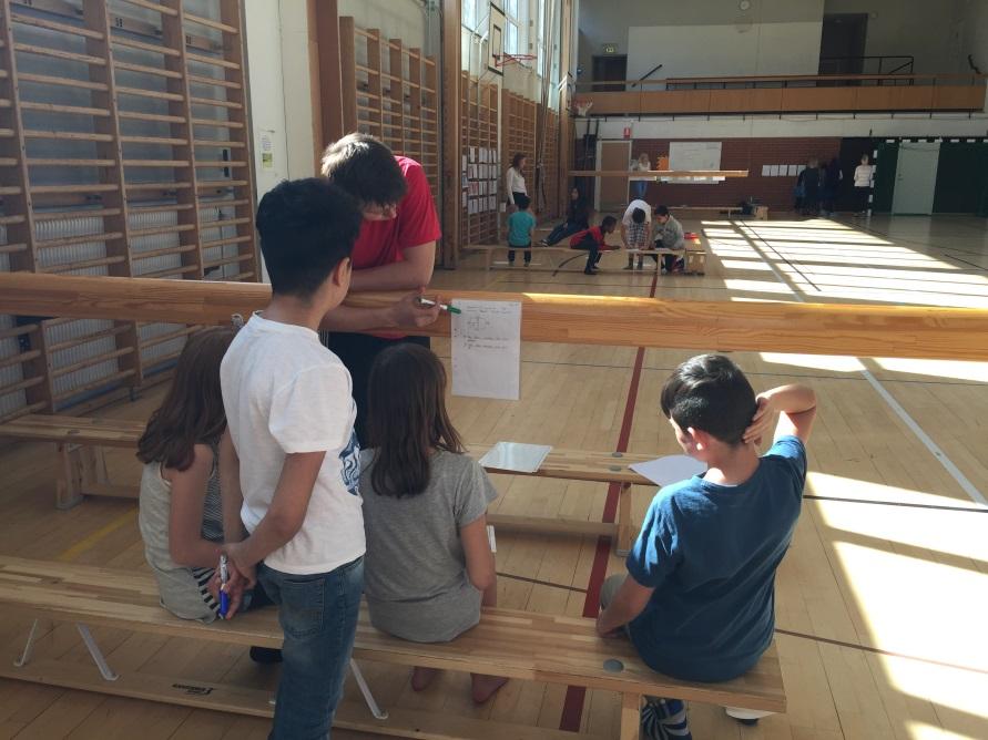 Elever läser instruktioner på papper.
