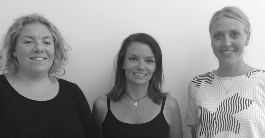Porträtt av tre leende kvinnor.