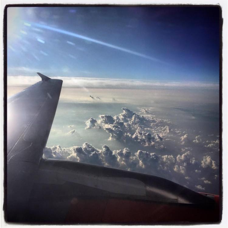 Molnen sedda från flygplansfönster.