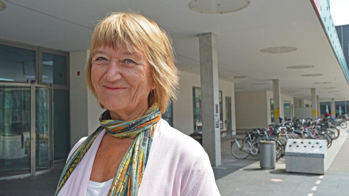 Ingegerd Tallberg Broman står utanför entrén till Malmö Universitet.