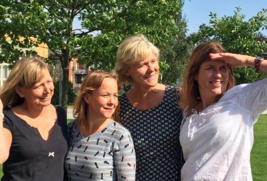 Fyra kvinnor tittar mot fjärran.