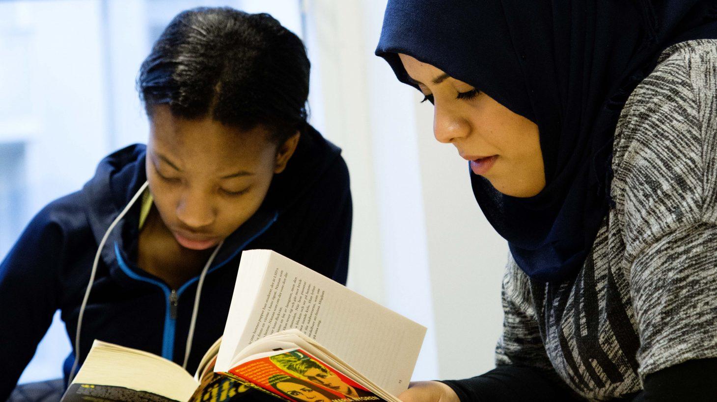 Två elever läser böcker.