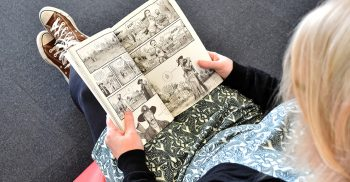 Kvinna läser i seriebok.