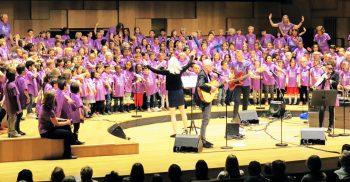 Barn på scen sjunger i kör.