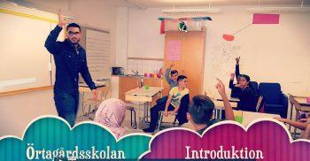 Jassim Ahmadi i klassrum framför elever.