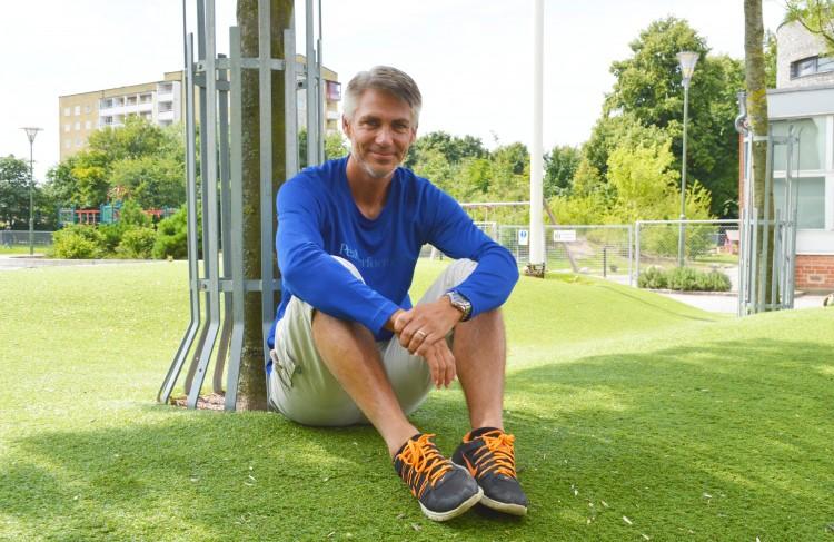 Peter Abrahamsson sitter på konstgräs.