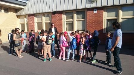 Elever samlas på skolgården.