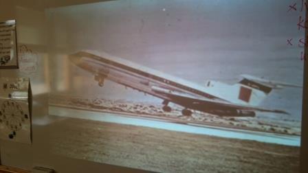 Projicerad bild på tavla av flygplan som lyfter.