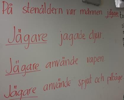 Förklaringar om jägare skrivna på tavla.