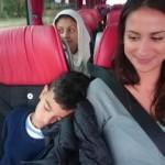 Elev har somnat på bussen lutad mot pedagog.