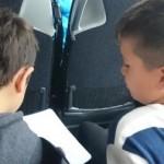 Barn diskuterar och svarar på frågor i bussen.