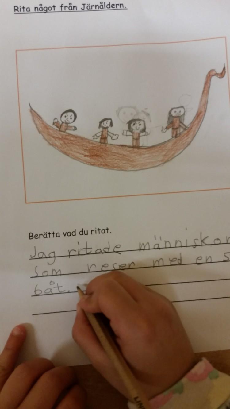 Elev ritar och skriver om järnåldern.