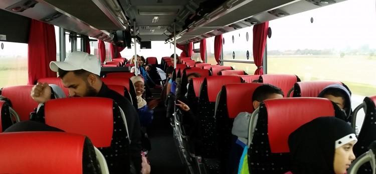 Barn sitter inne i bussen.