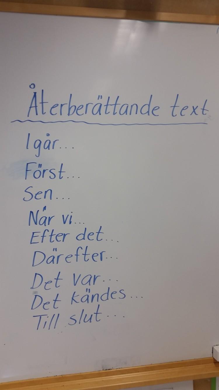 Instruktioner på tavla om hur man skriver återberättande text.