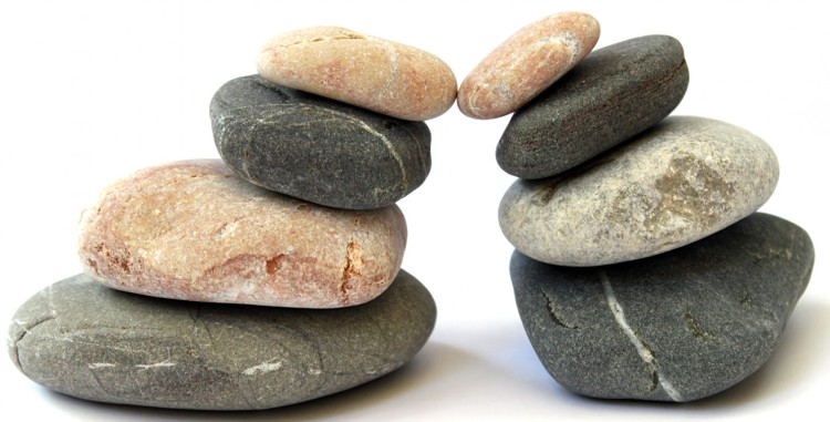 Två högar med stenar balanserar mot varandra.