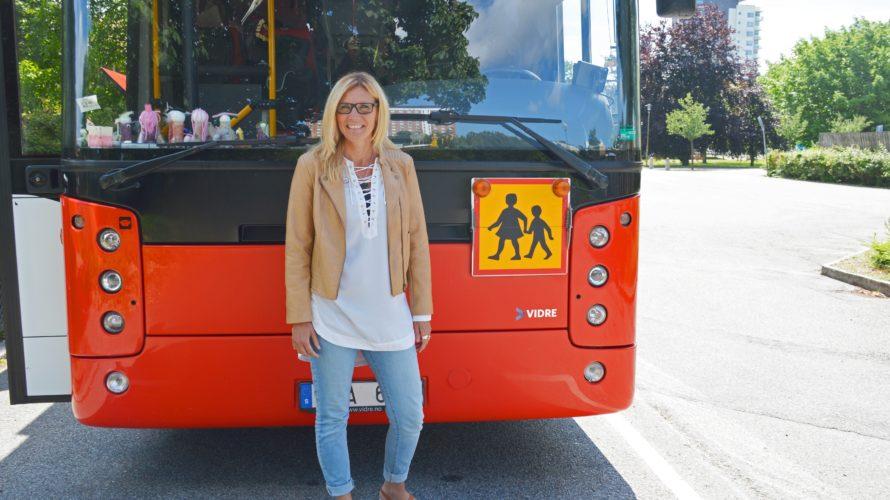 Camilla står framför förskolans bussavdelning.