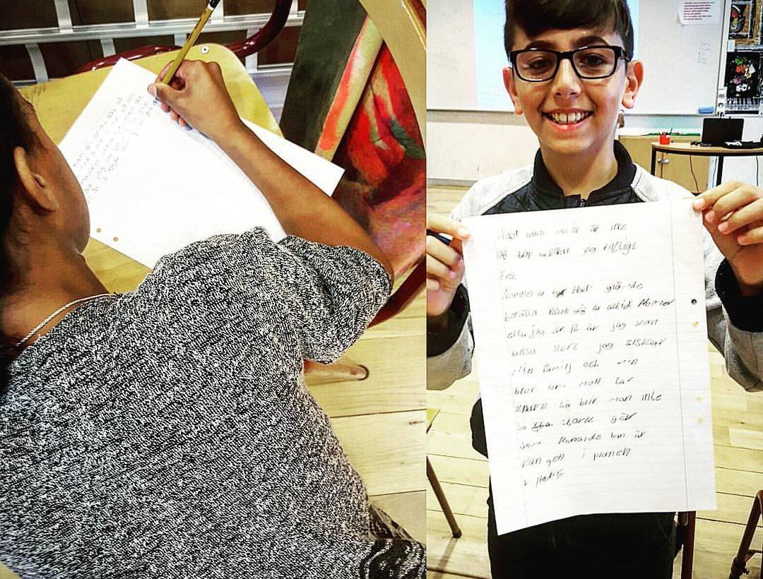 Två elever skriver och visar upp sina texter.