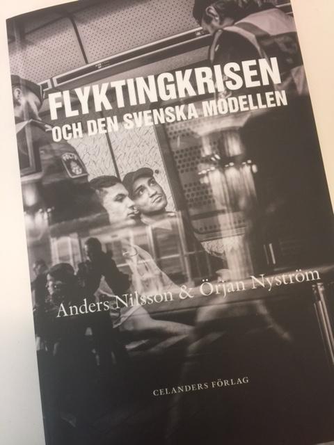 Bokomslag till Flyktingkrisen och den svenska modellen.