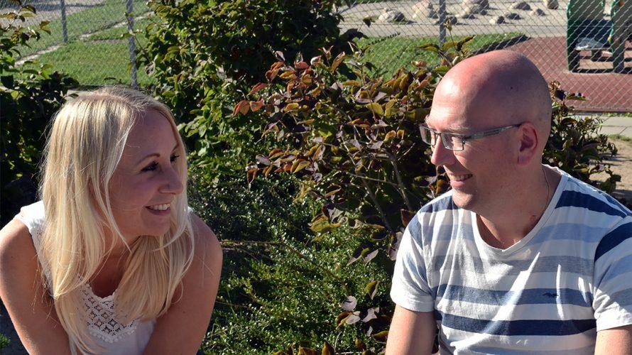 Lisa och Hans framför lekplats.