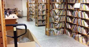 Bokhyllor fyllda av böcker.