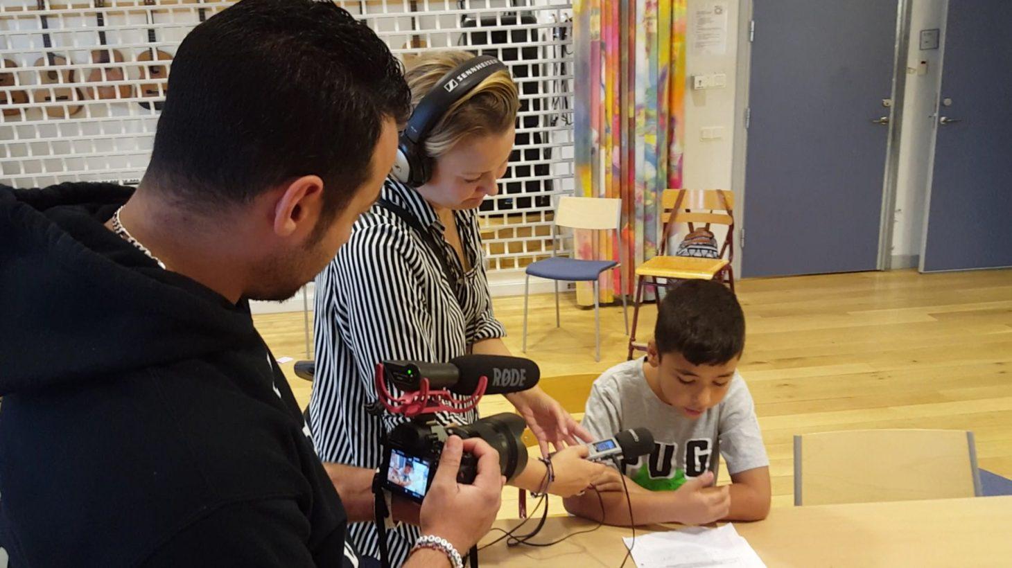 Elev blir filmad och intervjuad.