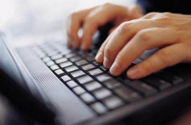 Händer skriver på dator.