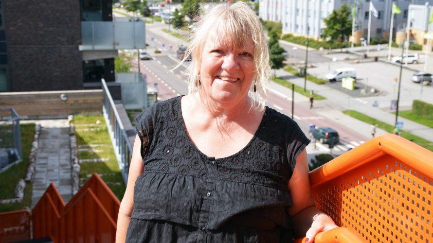 Kvinna står i trappa uppe på Mobilias tak.