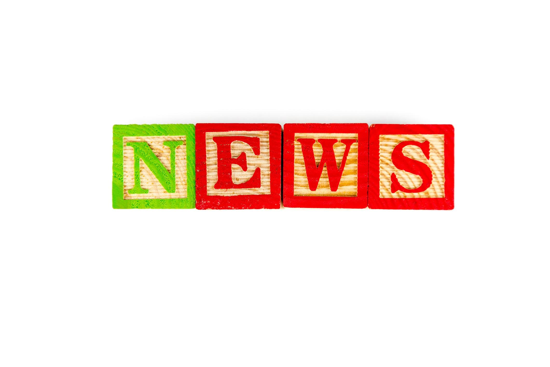 News står på klossar av trä