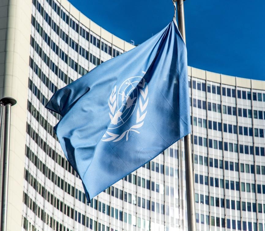 FN:s flagga på stång.