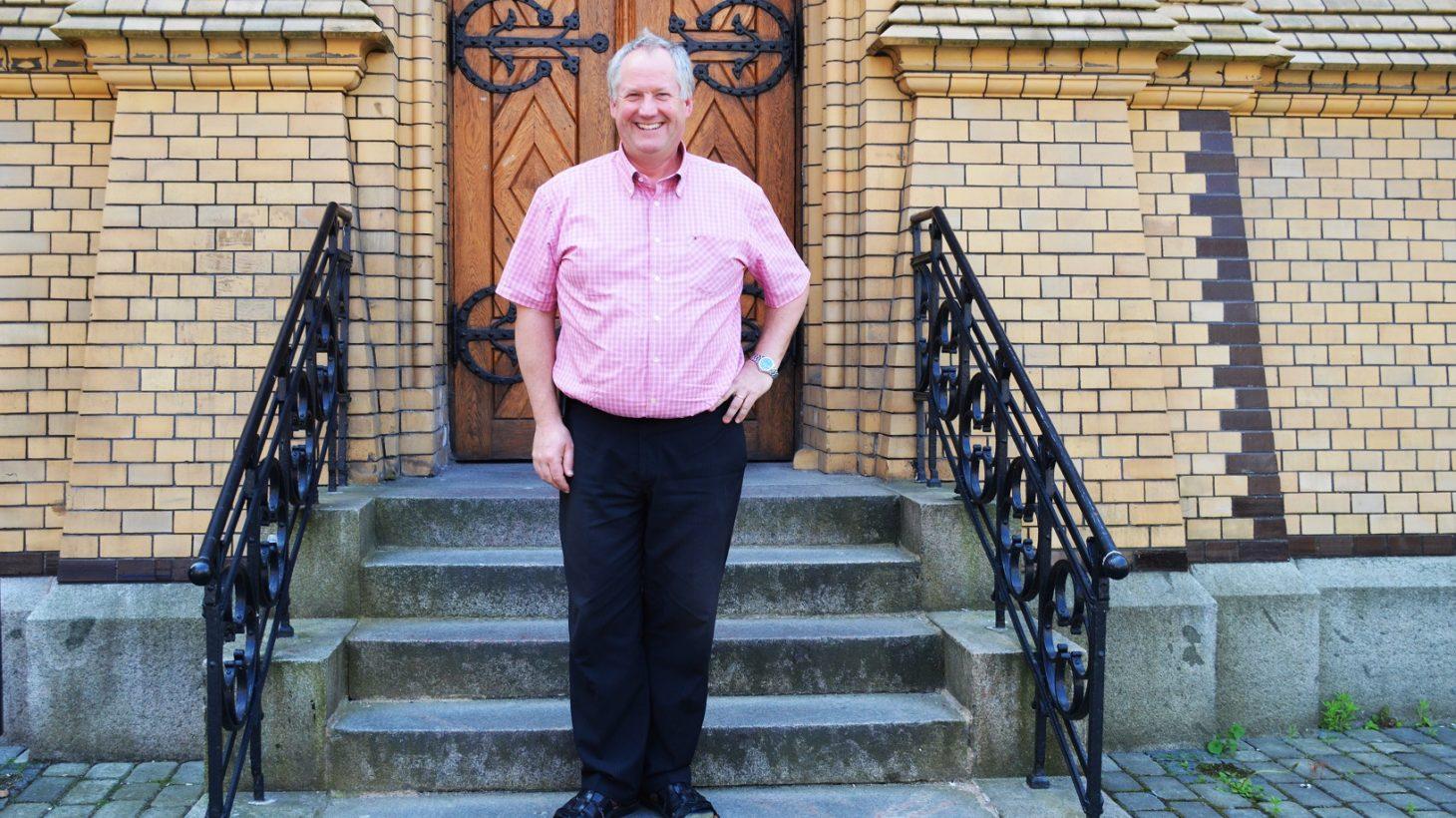 Jerry Ahlström står på trapp.