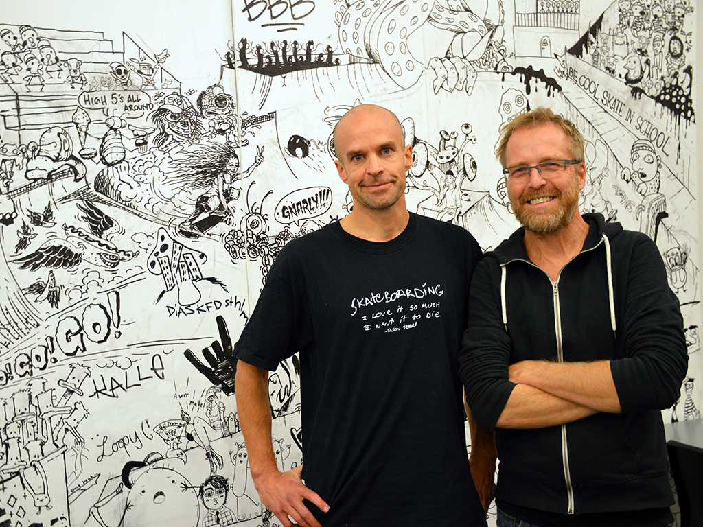 John och Peter framför väggmålning.