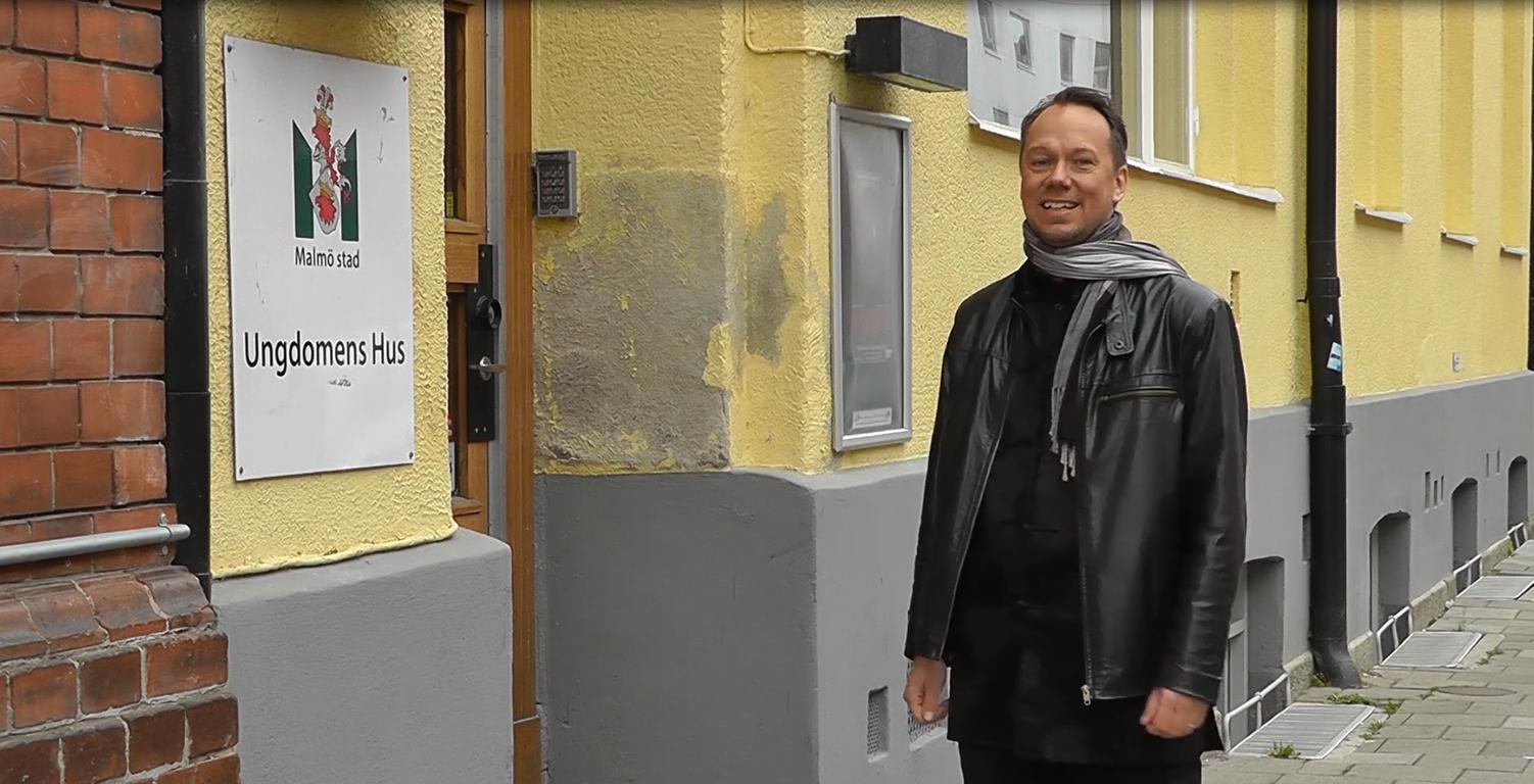 Henrik utanför Ungdomens hus.