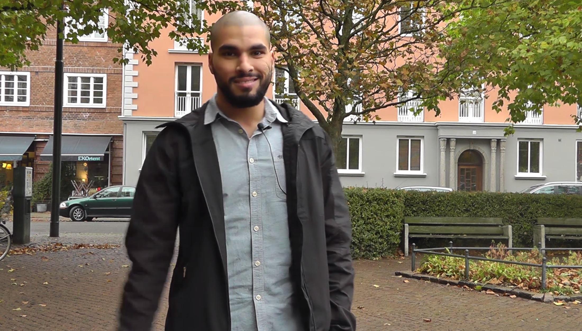 Jassim Ahmadi står på St Knuts torg.