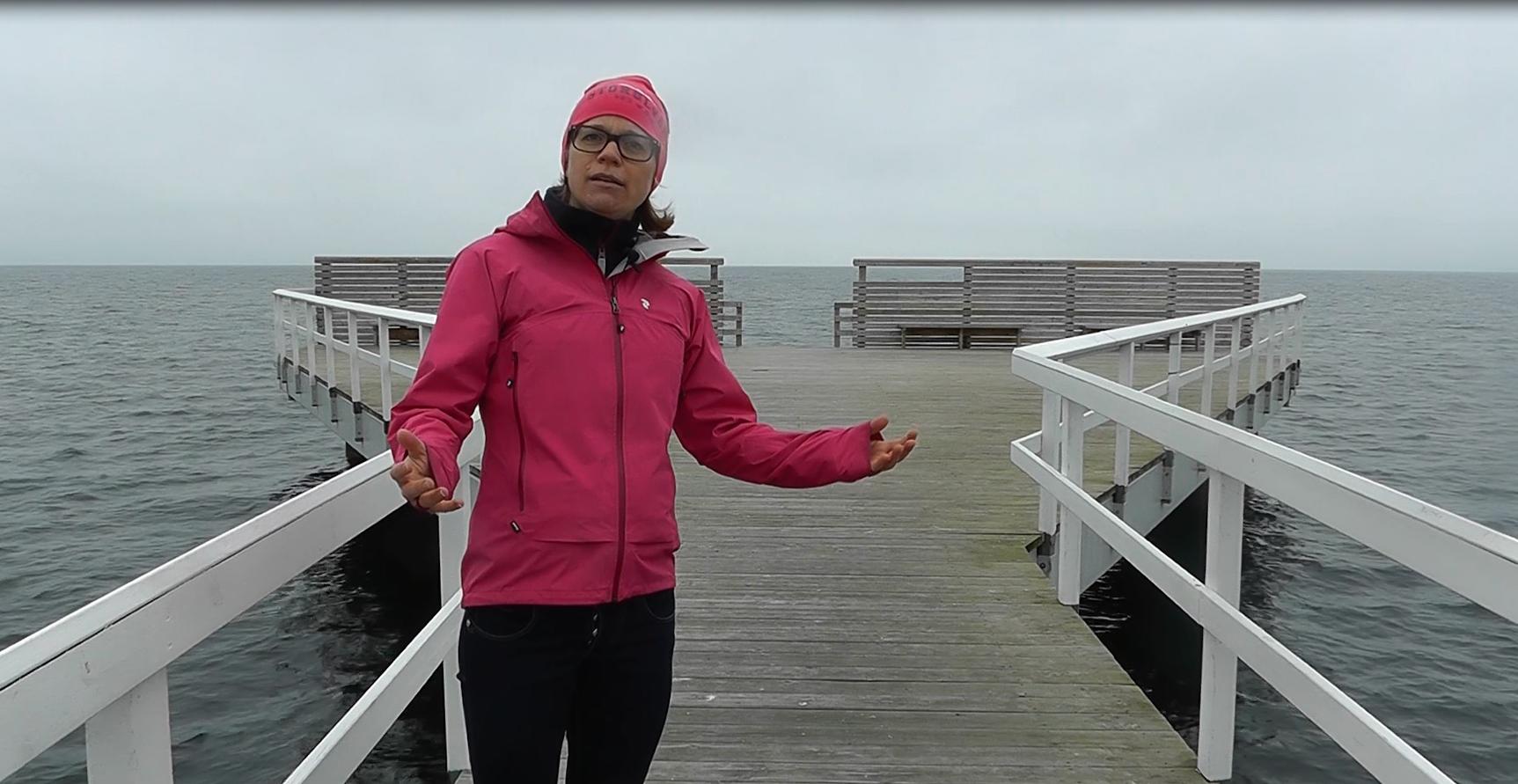Johanna står på brygga.