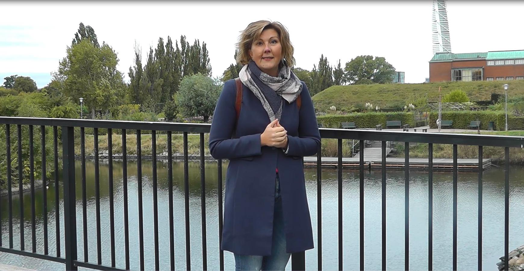 Sofia står på bro i Kungsparken.