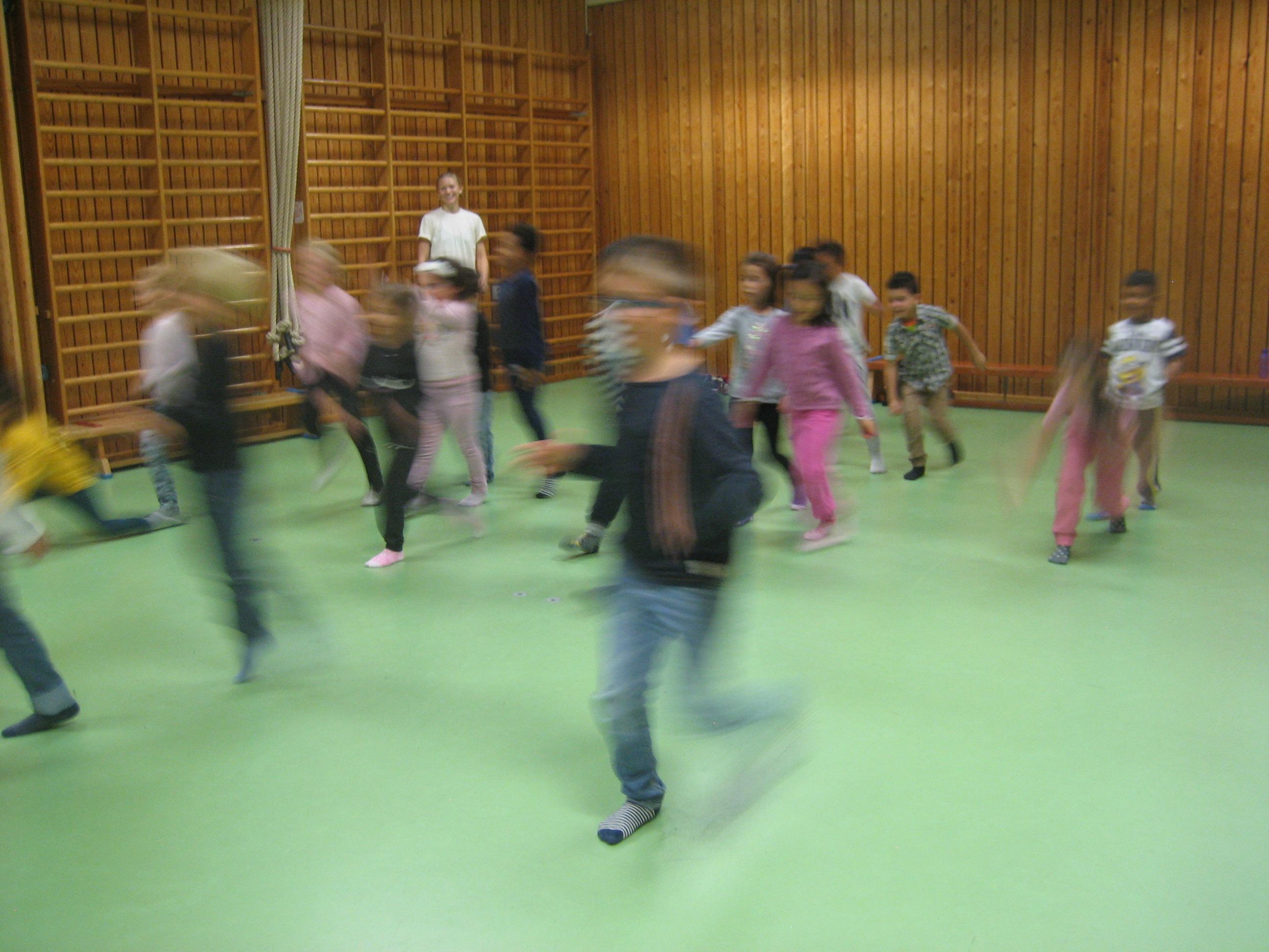 Suddiga konturer av barn som springer.