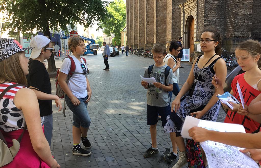 Elever samlade framför kyrka.