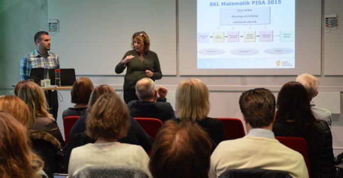 Eva Hallberg föreläser framför presentation.