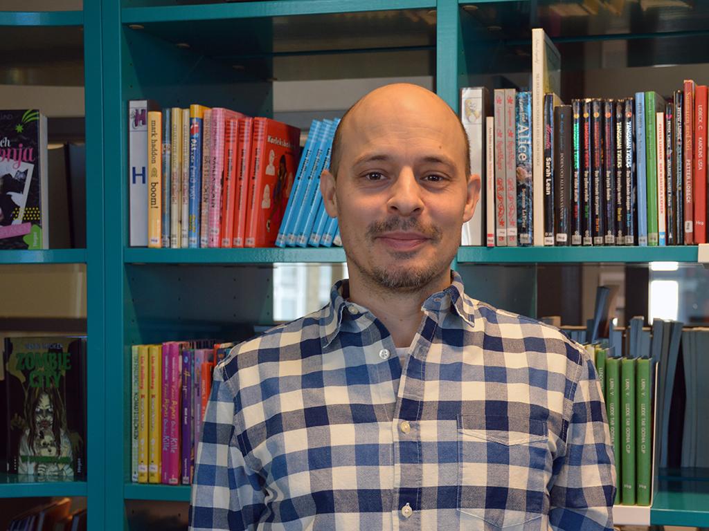 Fredrik Lindskoug i bibliotek.
